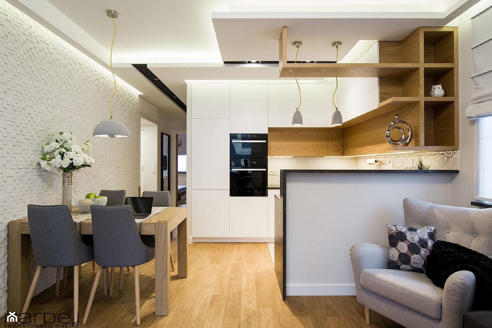 inspiracja drewnem - Mały szary biały salon z kuchnią z jadalnią, styl skandynawski - zdjęcie od Monika Hardej Architekt - Homebook