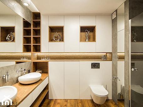Aranżacje wnętrz - Łazienka: CEGŁA I BETON - Mała biała szara łazienka w bloku w domu jednorodzinnym bez okna, styl nowoczesny - Monika Hardej Architekt. Przeglądaj, dodawaj i zapisuj najlepsze zdjęcia, pomysły i inspiracje designerskie. W bazie mamy już prawie milion fotografii!
