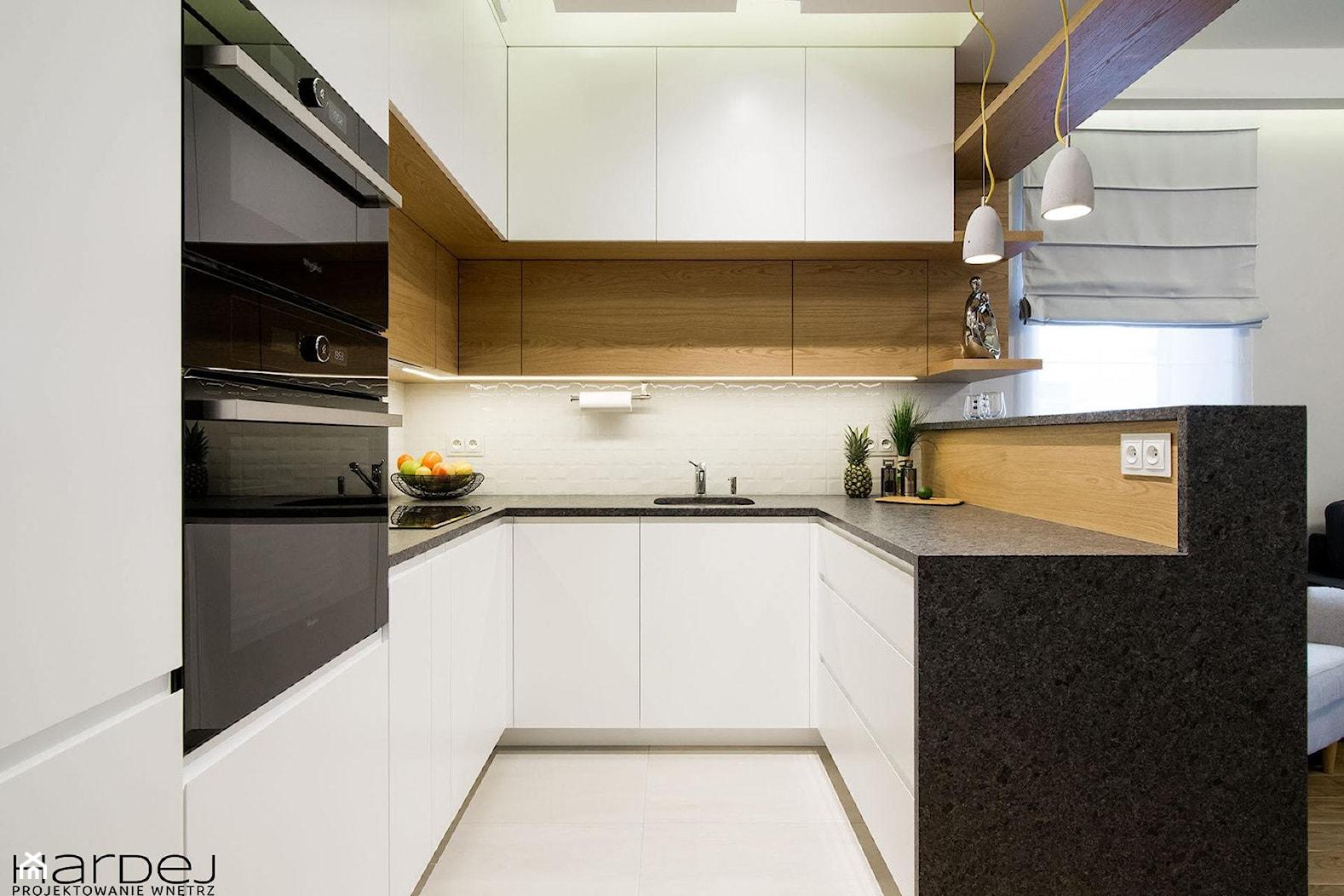 inspiracja drewnem - Średnia otwarta szara kuchnia w kształcie litery u w aneksie z oknem, styl skandynawski - zdjęcie od Monika Hardej Architekt - Homebook