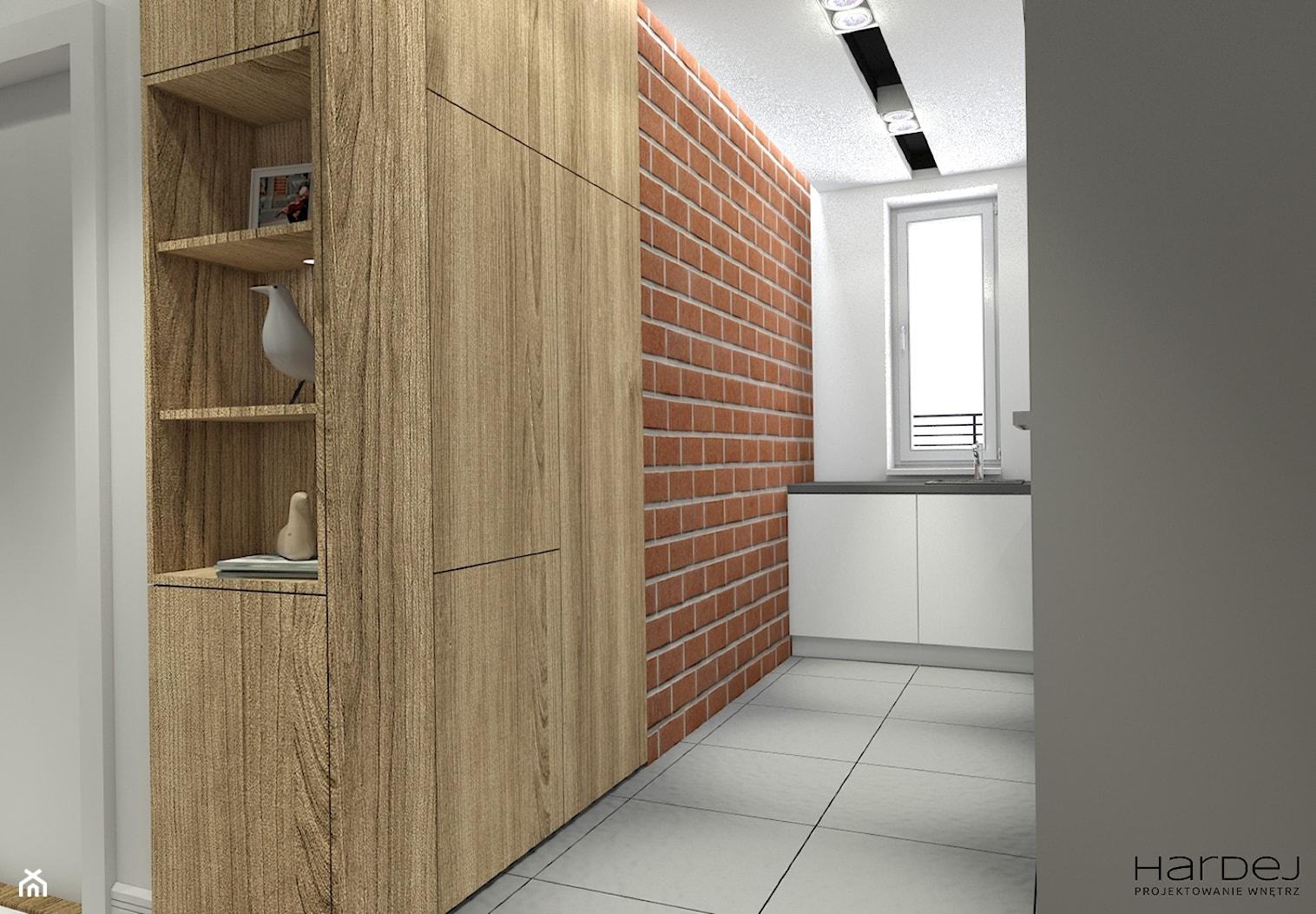 Wąska kuchnia ze ścianą z prawdziwej rozbiórkowej cegły lodówka i spiżarka w zabudowie na wymiar przechodzącej w zabudowę w holu - zdjęcie od Monika Hardej Architekt - Homebook