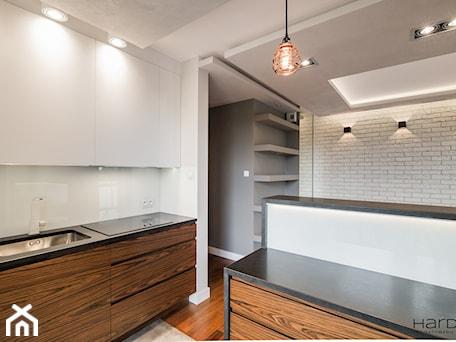 Aranżacje wnętrz - Kuchnia: 60-metrowe mieszkanie z akcentami loftu - Kuchnia, styl minimalistyczny - Monika Hardej Architekt. Przeglądaj, dodawaj i zapisuj najlepsze zdjęcia, pomysły i inspiracje designerskie. W bazie mamy już prawie milion fotografii!