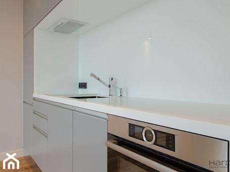 Aranżacje wnętrz - Kuchnia: Minimalistyczne mieszkanie dla dwojga - Kuchnia, styl minimalistyczny - Monika Hardej Architekt. Przeglądaj, dodawaj i zapisuj najlepsze zdjęcia, pomysły i inspiracje designerskie. W bazie mamy już prawie milion fotografii!
