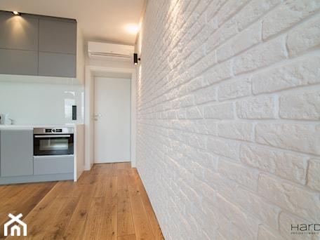 Aranżacje wnętrz - Salon: Minimalistyczne mieszkanie dla dwojga - Salon, styl minimalistyczny - Monika Hardej Architekt. Przeglądaj, dodawaj i zapisuj najlepsze zdjęcia, pomysły i inspiracje designerskie. W bazie mamy już prawie milion fotografii!