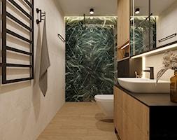 Drewnopodobne fronty szafek, czarny blat kamienny, czarna armatura w łazience, piękne zielone płytki ... - zdjęcie od Monika Hardej Architekt - Homebook