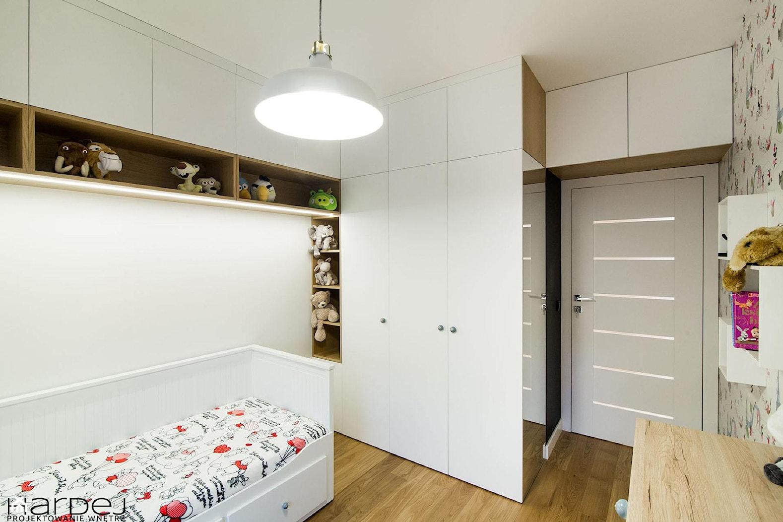 inspiracja drewnem - Średni biały szary pokój dziecka dla chłopca dla dziewczynki dla ucznia dla malucha dla nastolatka, styl skandynawski - zdjęcie od Monika Hardej Architekt - Homebook