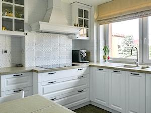 Nowa odsłona domu jednorodzinnego - Średnia otwarta biała kuchnia w kształcie litery l w aneksie z wyspą z oknem, styl skandynawski - zdjęcie od A T I A D A