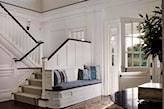 białe schody, siedzisko przy balustradzie, drewniana podłoga