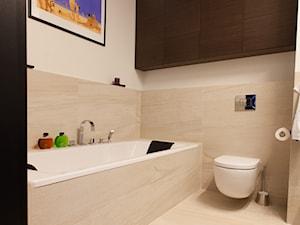 Apartament w męskim stylu - Średnia beżowa łazienka w bloku bez okna, styl nowoczesny - zdjęcie od Mieszkanie pod klucz
