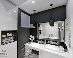 Czarno - biała łazienka - Mała biała czarna łazienka w bloku w domu jednorodzinnym z oknem, styl gl ... - zdjęcie od Warsztat Zewnetrza Olga Pawlowska - Homebook