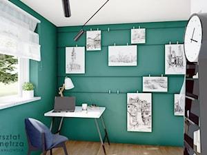 Pokój na poddaszu z zieloną ścianą
