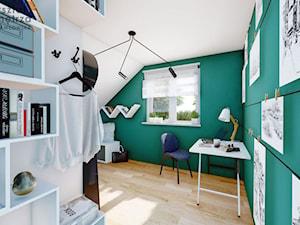 Pokój na poddaszu z zieloną ścianą - Duży biały zielony pokój dziecka dla chłopca dla ucznia dla nastolatka, styl nowoczesny - zdjęcie od Warsztat Zewnetrza Olga Pawlowska
