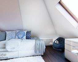 Różowy pokój na poddaszu - Średni biały szary pokój dziecka dla chłopca dla ucznia dla nastolatka, ... - zdjęcie od Warsztat Zewnetrza Olga Pawlowska - Homebook