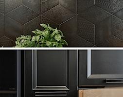 Kuchnia nowoczesna z elementami klasycznymi, cegłą i czarnym frontem - Kuchnia, styl klasyczny - zdjęcie od Magdalena Gajdemska Architektura wnętrz - Homebook