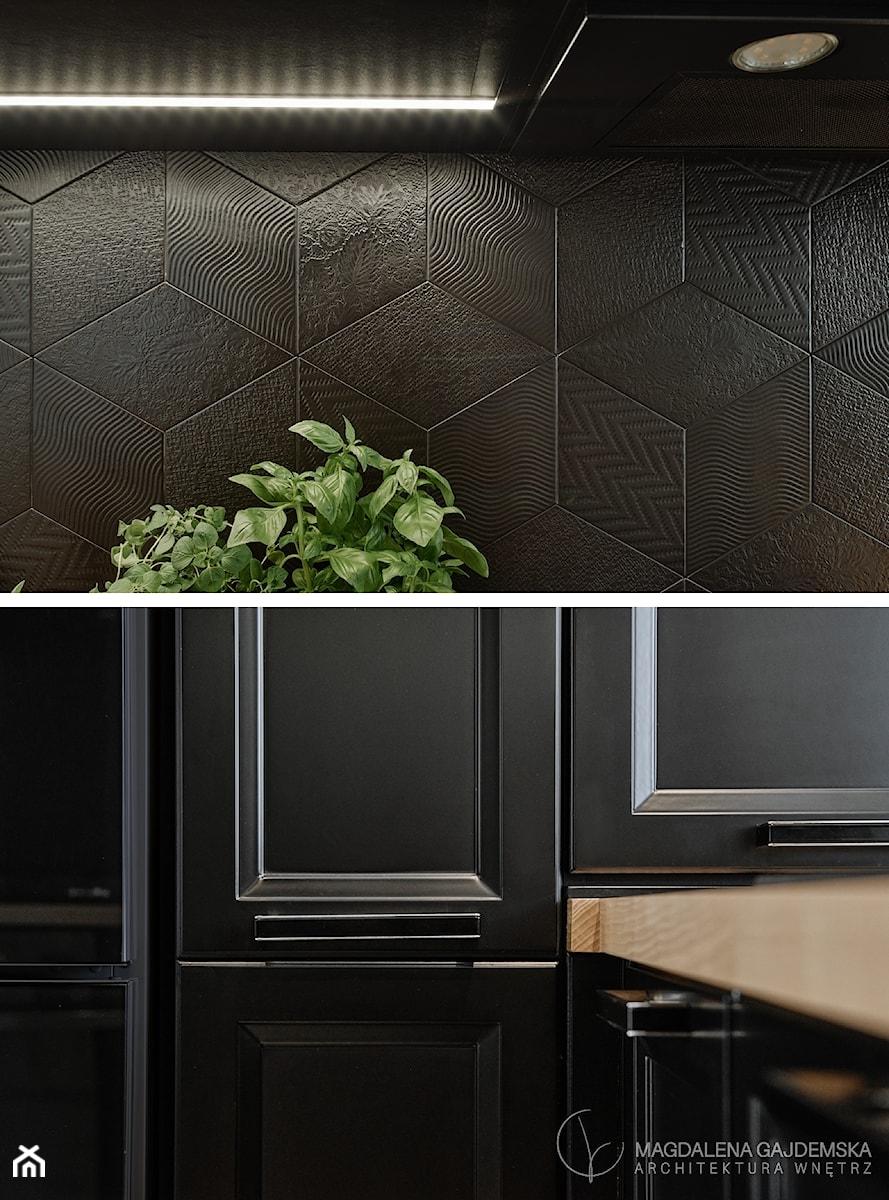 Kuchnia nowoczesna z elementami klasycznymi, cegłą i czarnym frontem - Kuchnia, styl klasyczny - zdjęcie od Magdalena Gajdemska Architektura wnętrz