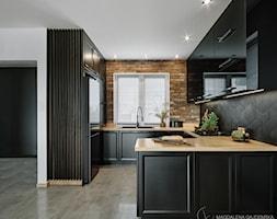 Kuchnia nowoczesna z elementami klasycznymi, cegłą i czarnym frontem - Kuchnia, styl nowoczesny - zdjęcie od Magdalena Gajdemska Architektura wnętrz - Homebook