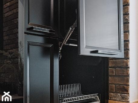 Aranżacje wnętrz - Kuchnia: Kuchnia nowoczesna z elementami klasycznymi, cegłą i czarnym frontem - Kuchnia, styl klasyczny - Magdalena Gajdemska Architektura wnętrz. Przeglądaj, dodawaj i zapisuj najlepsze zdjęcia, pomysły i inspiracje designerskie. W bazie mamy już prawie milion fotografii!