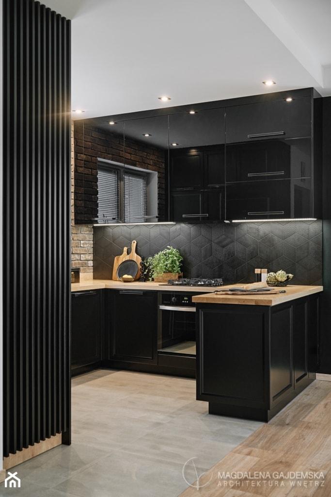 Kuchnia nowoczesna z elementami klasycznymi, cegłą i czarnym frontem - Kuchnia, styl nowoczesny - zdjęcie od Magdalena Gajdemska Architektura wnętrz