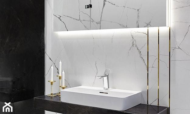 biały marmur w łazience, modne płytki 2020