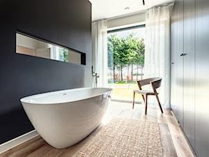 MID - Średnia czarna szara łazienka w bloku w domu jednorodzinnym z oknem, styl nowoczesny - zdjęcie od Lumen Fotografia