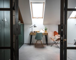 Penthouse 197 - Średnie białe biuro kącik do pracy na poddaszu w pokoju, styl skandynawski - zdjęcie od skandynawskieuchwyty - Homebook