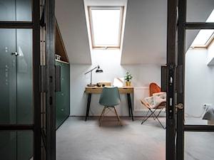 Penthouse 197 - Średnie białe biuro kącik do pracy na poddaszu w pokoju, styl skandynawski - zdjęcie od skandynawskieuchwyty