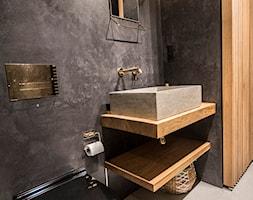 Penthouse 197 - Mała czarna łazienka w bloku w domu jednorodzinnym bez okna, styl minimalistyczny - zdjęcie od skandynawskieuchwyty - Homebook