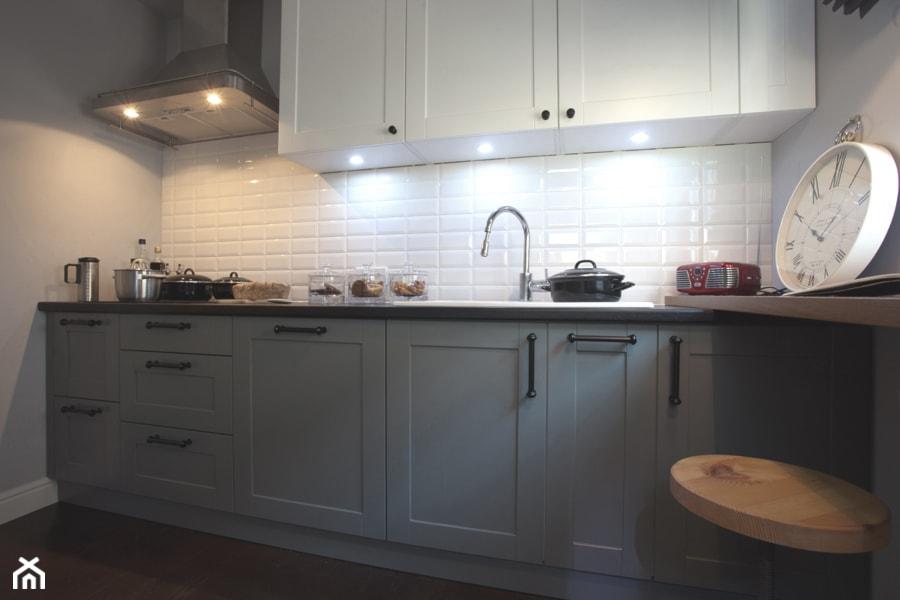 KLASYKA - Średnia zamknięta biała szara kuchnia jednorzędowa w aneksie, styl klasyczny - zdjęcie od SAFRANOW - Homebook