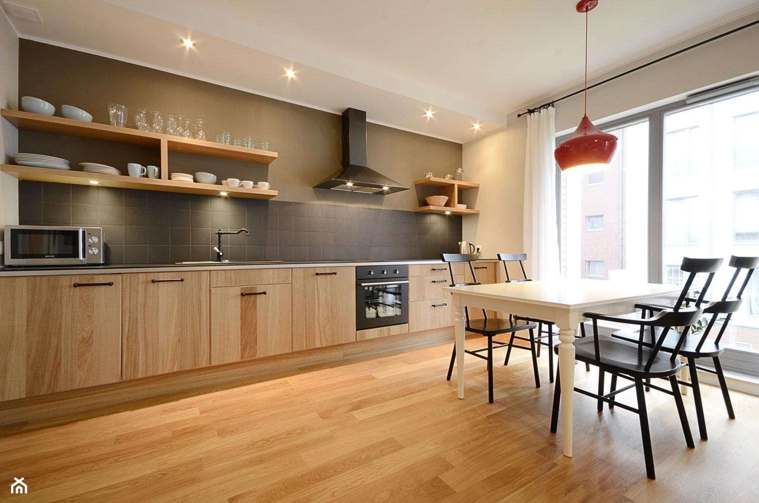 MOTŁAWA - Średnia otwarta biała szara kuchnia jednorzędowa w aneksie, styl skandynawski - zdjęcie od SAFRANOW - Homebook