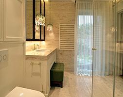"""LAZIENKI DLA """"NIEJ DLA NIEGO"""" - Średnia szara łazienka w bloku w domu jednorodzinnym z oknem, styl klasyczny - zdjęcie od SAFRANOW"""