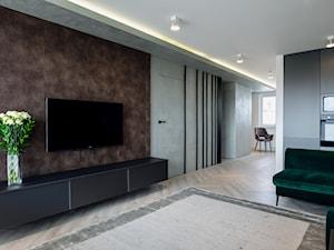 """""""Najpiękniejsze wnętrza z drzwiami DRE"""" - Duży szary biały brązowy salon z kuchnią, styl nowoczesny - zdjęcie od DRE"""