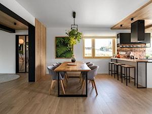 """""""Najpiękniejsze wnętrza z drzwiami DRE"""" - Duża otwarta biała jadalnia w kuchni, styl eklektyczny - zdjęcie od DRE"""