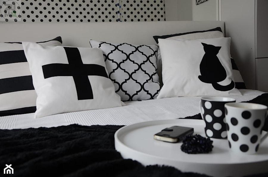 Mała biała sypialnia małżeńska, styl minimalistyczny - zdjęcie od Zumiq