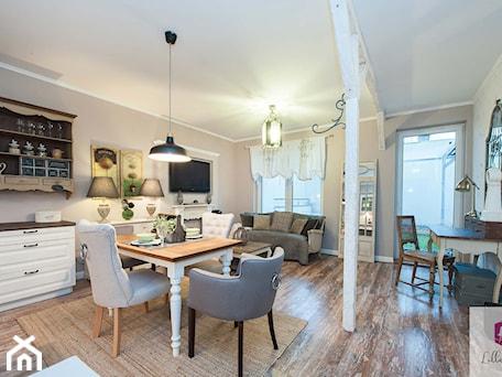 Aranżacje wnętrz - Salon: Projekt wnętrza salonu mieszkania w stylu prowansalskim - Lilla Home. Przeglądaj, dodawaj i zapisuj najlepsze zdjęcia, pomysły i inspiracje designerskie. W bazie mamy już prawie milion fotografii!