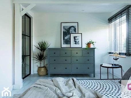 Aranżacje wnętrz - Sypialnia: Sypialnia w stylu glamour loft mieszkania w kamienicy - Lilla Home. Przeglądaj, dodawaj i zapisuj najlepsze zdjęcia, pomysły i inspiracje designerskie. W bazie mamy już prawie milion fotografii!