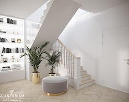 Projekt schodów w jasnych barwach z drewnem - zdjęcie od D ' INTERIOR. Studio Wnętrz - Homebook