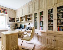 Gabinet Warszawa Ochota - Duże biuro domowe w pokoju, styl rustykalny - zdjęcie od Emprojekt - Manufaktura mebli klasycznych i oświetelnia