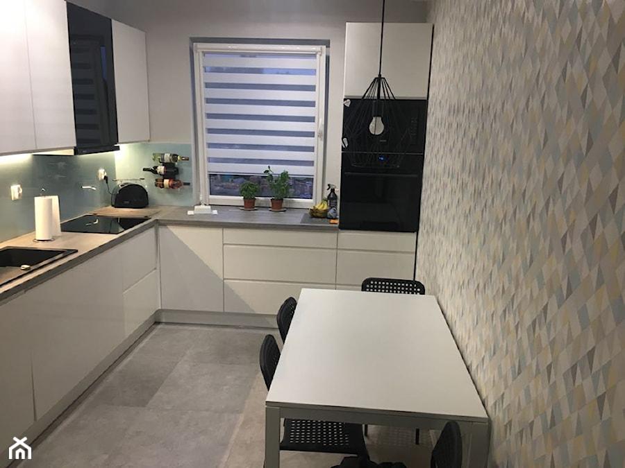 Strefa wejściowa z kuchnią - Projekt i realizacja Świnoujście - Średnia zamknięta biała szara kuchnia w kształcie litery l z oknem, styl minimalistyczny - zdjęcie od MVision Studio Projektowe