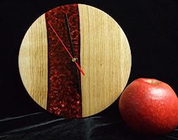 Zegar+z+drewna+d%C4%99bowego+z+%C5%BCywic%C4%85+barwion%C4%85+na+kolor+per%C5%82owo-czerwony.+-+zdj%C4%99cie+od+Majewscy+Manufaktura