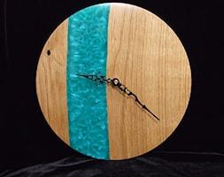 Zegar+z+drewna+d%C4%99bowego+z+%C5%BCywic%C4%85+barwin%C4%85+na+kolor+turkusowo-per%C5%82owy+-+zdj%C4%99cie+od+Majewscy+Manufaktura