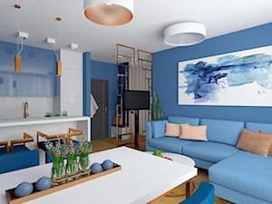 Wyraziste niebieskie mieszkanie z akcentami miedzianymi