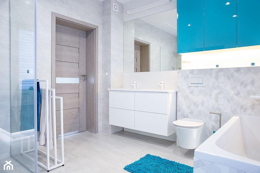 Mała łazienka z ożywczym niebieskim - zdjęcie od dekoton