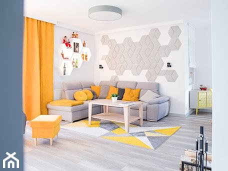 Aranżacje wnętrz - Salon: Żółty i szary w salonie - dekoton. Przeglądaj, dodawaj i zapisuj najlepsze zdjęcia, pomysły i inspiracje designerskie. W bazie mamy już prawie milion fotografii!