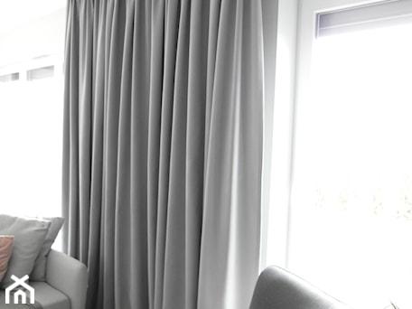 Aranżacje wnętrz - Salon: popielate zasłony - sw design dekoracje okien. Przeglądaj, dodawaj i zapisuj najlepsze zdjęcia, pomysły i inspiracje designerskie. W bazie mamy już prawie milion fotografii!