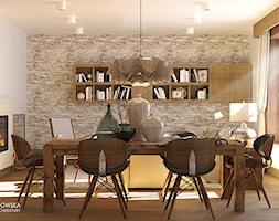 salon, jasny, przytulny, biały, vis a vis, sztukateria, kominek, kamień, łupek, wiejski, nowoczesny, vintage, regał, piękna lampa, fotel bujany, oryginalne wnętrze, duży stół, stół drewniany, sielsko - zdjęcie od Ludwinowska Studio Architektury
