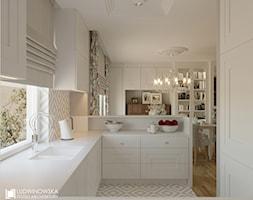 PIANO - Mała otwarta wąska biała beżowa kuchnia w kształcie litery l w aneksie z oknem, styl eklektyczny - zdjęcie od Ludwinowska Studio Architektury