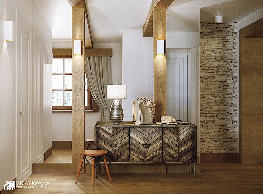 hall, przedpokój, vintage, drewno, belki, stara komoda, z duszą, nowoczesne oświetlenie, kamień, łupek, stołek, eames, - zdjęcie od Ludwinowska Studio Architektury
