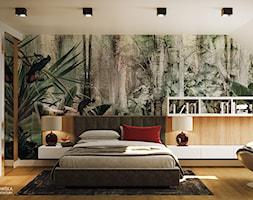 GEISHA - Duża biała zielona sypialnia małżeńska na poddaszu z garderobą - zdjęcie od Ludwinowska Studio Architektury