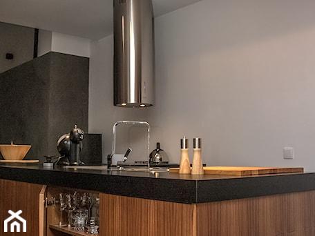 Aranżacje wnętrz - Kuchnia: Zmiana na lepsze - Średnia otwarta biała czarna kuchnia dwurzędowa z wyspą, styl nowoczesny - StudioGRA. Przeglądaj, dodawaj i zapisuj najlepsze zdjęcia, pomysły i inspiracje designerskie. W bazie mamy już prawie milion fotografii!
