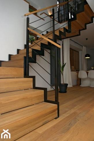 Zmiana na lepsze - Średnie szerokie schody kręcone drewniane metalowe z materiałów mieszanych, styl nowoczesny - zdjęcie od StudioGRA