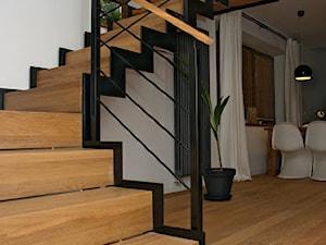 Średnie szerokie schody trójbiegowe drewniane, styl nowoczesny - zdjęcie od StudioGRA